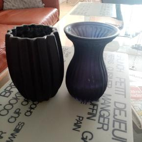2 søde vaser sælges Den ene er sort og den anden blå Sender desværre ikke og det er kontant betaling