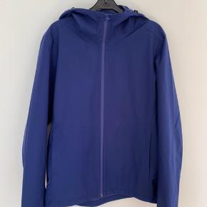 Let og tynd regnjakke fra Uniqlo i en blå/lilla-ish farve. Perfekt til regnvejrs og overskyede dage, samt kølige sommeraftner. Størrelse medium og passer normalt i størrelsen.