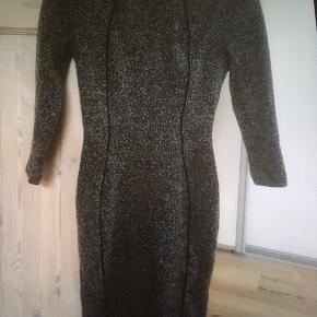 Mærke: H&M Størrelse: XS Farve: grå-sorte Materiale: 28% bomuld, 57% polyester, 15% viscose Kjolen: stram kjole og stoffet virker kraftigt Stand: brugt få gange  Sælges kr. 50 Bytter ikke Sætter pris på tilfredse købere