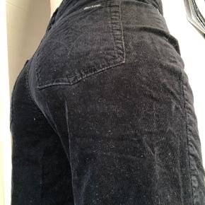 Sælger mine velour bukser i sort, de kunne godt bruge en gang med en fnukrulle! De er super behagelige at have på. Sælger dem da jeg ikke får brugt den nok dsv...