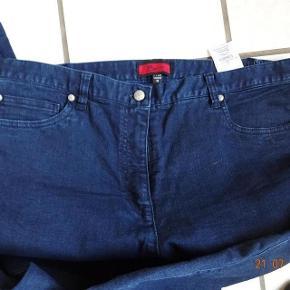 BX Jeans Varetype: Jeans ( Elisabeth)  Nye.    (se mål) Blå Farve: Blå       Bytter ikke.  Livvidde: 46x2 kan gi`sig da der er lidt elastik i siden  skridthøjde: fortil 31 Bagpå: 39 Lår:29x2 Knæ: 24x2 Indvendig benlængde: 80 Ved fod 19  Materiale: 78% Bomuld 20 % polyster 2% Elasthan Sælges for 100 kr + porto