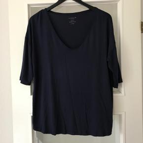 Helt ny og ubrugt t-shirt fra Rosemunde str XL . Farven er navyblå . Den er lavet af Viscose og elastan . Måler 54 cm x 2 fra ærmegab til ærmegab . 63 cm lang . Den falder tungt og lækkert . Bytter ikke