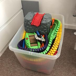 Stor kasse med flexi trax. Med dinosaur par og tunnel. Der er en del biler med og de virker alle sammen
