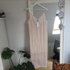 Smuk kjole fra mango aldrig brugt, købt alt for stor. Np. 400,-