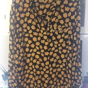 Sort skjorte fra Ganni med gult blomstertryk🌼 Fin stand!