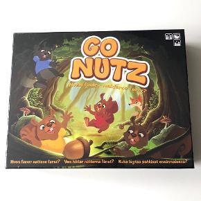 """Brætspillet """"Go Nutz - hvem finder nødderne først?"""" 🐿🌰🦊  (OBS: Spillet er ubrugt - se billede tre hvor det fremgår, at der stadig er folie på)   Beskrivelse:  I Go nutz skal der samles nødder. Men det gælder ikke bare om at rage til sig, for egern er kræsne og vil kun have en af hver farve. Desværre er det ikke ufarligt at løbe rundt i skovbunden. Man er konstant nødt til at ændre rute, så man ikke bliver snuppet af ræven. Heldigvis kan man jo altid sende den rødpelsede satan efter konkurrenterne, eller måske bruge en af de magiske kogler til at hjælpe sig lidt på vej.   Byd gerne kan enten afhentes i Aarhus C eller sendes på købers regning 📮✉️"""