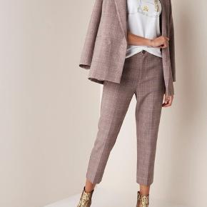 Pris er inkl fragt!  Mega pæne og helt nye bukser fra Ganni! ✨ Er samme model som dem på billederne, men i grå :)  For hver item jeg sælger planter jeg et træ 🌳💌 Tilbyder mængde rabat
