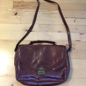 Flot vintage taske. Mærket hedder my lady. Tasken er i rigtig god stand med fem rum. Remmen er 110 cm og kan justeres. 36*25*9 cm.