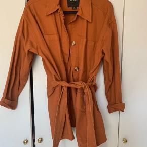 Fed jakke med bindebånd i taljen. Brugt en enkelt gang, så fejler intet. Har den i to farver, derfor sælges denne :-)  Byd gerne. Sælges med dao eller afhentes i indre by, København 😊