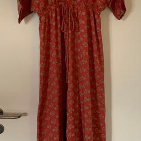 Mærke: Sissel Edelbo Model: tithonia T-Dress kjole Str: onesize Super smuk kjole aldrig brugt💃