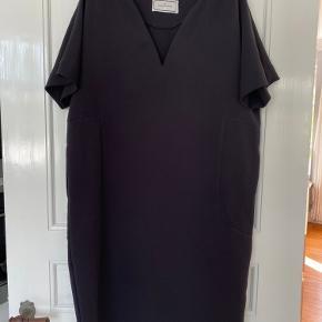Farven er helt sort 1/2 brystvidde : 58 cm Ryglængde : 102 cm
