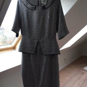 Smuk kjole fra engelske Collectif. Plads til at sætte bælte i.