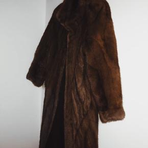 Secondhand fur, købt i Aalborg. Nypris 8000 kr. Ægte mink, foret med silke. Skriv for flere billeder. Byd endelig! 🌺