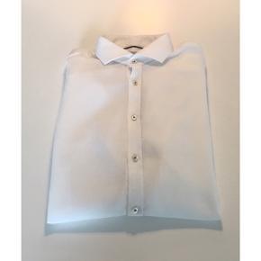 Bruun & Stengade skjorte Str. 41 Farve: Hvid Model: Slim fit - easy care Kun brugt ganske få gange - i flot stand! Mp. 50,-