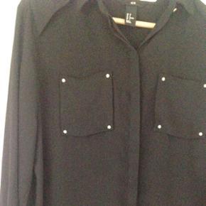 Fin chiffon skjorte fra h&m. Str. 38. Brugt 2 gange og i meget fin stand