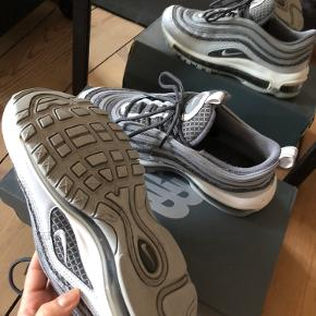 ⭐️ Nike Air Max 97 ⭐️ Størrelse 36,5 Y (måler 23,5 cm)  ⭐️ Jeg bruger størrelse 36-36,5 i de fleste sko ⭐️ Brugt en håndfuld gange. I fin stand ⭐️ Købt i JD Sports ⭐️ Sko box medfølger ikke ⭐️ Skriv for flere billeder  ⭐️ Mængderabat gives  ⭐️ Bytter ikke