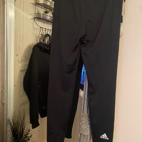Adidas træningsbukser sælges. Brugt en periode, ellers i fin stand!👖🤍