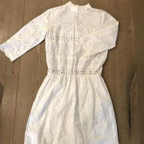 Varetype: Kjole Farve: Hvid  Ubrugt Gestuz kjole i hvid blonde med 3/4 ærmer, høj hals og knaplukning i nakken  Kvalitet: 100% bomuld