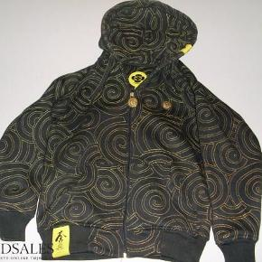 Varetype: Overgangs jakke / hætte trøje Størrelse: Small Farve: Sort og guld / gul. Oprindelig købspris: 1000 kr.  Trøje / jakke med gode detaljer - se billeder. Tyk og lækker - virkelig god kvalitet ! Brugt max. 5 gange og fremstår som ny.