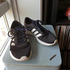 Fine sneakers fra Adidas. Brugt et par gange, men er desværre for små til mig.  Sender gerne mod betaling af porto.