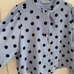 Nice blå skjorte med polkaprikker og bindebånd! Matchende nederdel haves også!! 🦕