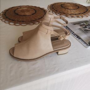90'er, start 00'erne agtige sandal-sko. Beige. Hæl 2-3 cm høj. Brugt få gange/meget lidt - i super fin stand. Ægte læder 🙂.