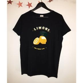Fin T-shirt med citron tryk fra Pimkie. Brugt én gang, helt som ny 😊
