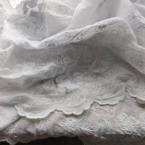 Smukke franske antikke håndbroderede Cornely gardiner. Da gardinerne er meget gamle forekommer der huller. De er uanset smukke. 1.800 kr pp Sendes med DAO  Har flere franske og antikke ting på min profil, se gerne i min shop.  Eksempel billede 9-10  - Antikt fransk meget langt håndbroderet silkegardin med et væld af fine håndbroderede blomster.