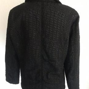 Let jakke med tyndt foer. 100 % polyester, Creased Satin