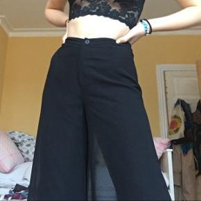 Virkeligt flotte bukser fra rude. Perfekte til nytår! Størrelse xs. (Ligner en lang nederdel, men er de mest sprøde bukser) ny, med prismærke. Nypris: 349,-