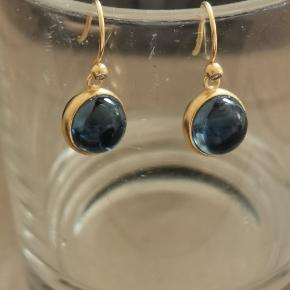Julie Sandlau prime øreringe med safir blå krystal