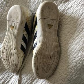Fineste sko, brugt få gange indendørs og lidt udendørs ud til bilen.