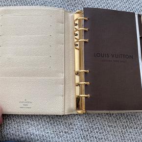 MEDIUM RING AGENDA COVER fra LouisVuitton  Rigtig fin stand - har næsten ikke været i brug.  Der skal købes nyt papir til kalenderen.  Kvittering haves