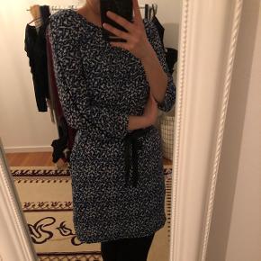 Rigtig behagelig kjole, som styler hverdagen op. Beugt få gange, og fejler intet. Str. 40, men kan også passes af en S og M