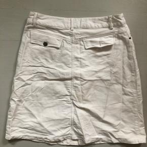 Hvid denim nederdel fra Vila. Rigtig fin, men desværre for stor til mig:/