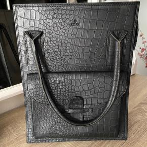 Tasken er i perfekt stand, og er blevet brugt max. 2 måneder til skole 😊 Np: 1500kr