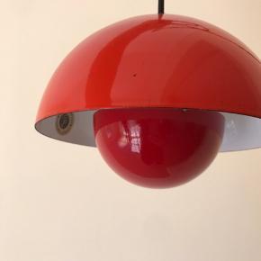 Verner Panton Flowerpot sælges  Overskærmen er i original orangerød emalje Underskærmen er ny model som er spraymalet mørkerød  Lampen har enkelte små brugsspor  Ny sort 2 meter stofledning  Pris : 600 kr + evt forsendelse Befinder sig i 6800 Varde
