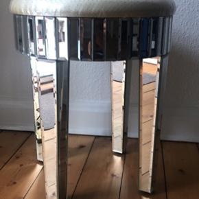 Spejl skammel. God som ny, stadig med plastik på betrækket. Har noget med glasset/spejlet på den ene side af det ene ben.   Købt i Bahne, men husker ikke mærket.  Skal afhentes i Aalborg vestby.