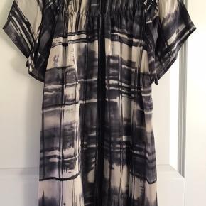 Silke chiffon - har klippet mærket ud   Super fint bluse med rind udskæring  Mål ærmegab til ærmegab: 2x 54 cm