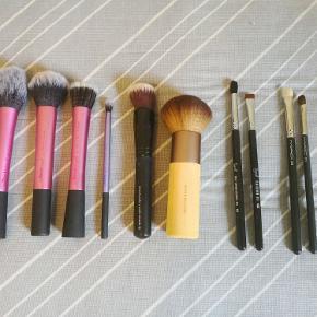 Makeupbørster  Sælger her en masse lækre børster, stand kan ses ud fra billedet.  Sættet består af:  4. Real techniques 1. Sephora 1. Eco tools 2. Sigma 2. Mac 1. Ukendt  Handler kun via mobilepay eller bankoverførsel.