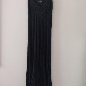 Beautiful tight long dress from Zara. There are lace details at the bust, and discrete lace patterns in the fabric.