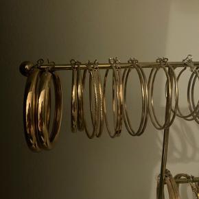 En masse hoops sælges til 20kr stykket. Dem nederst og øverst til venstre (se billede 1 & 2) er guldfarvede. Dem øverst til højre (se billede 3) er sølvfarvede - den allersidste ørering på billede 3 er kobberfarvet. ‼️Der gives mængderabat‼️