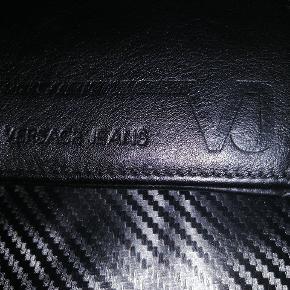 Rigtig lækker Versace pung i sort læder.