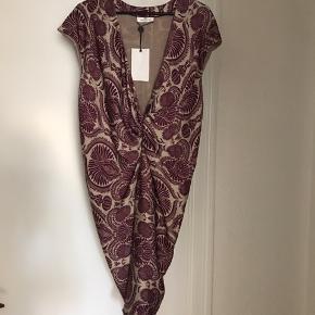 Super smuk kjole fra Day. Aldrig brugt.  Kan ikke finde størrelse i den, men mener den må være en large. Måler gerne.   Fra ikke rygerhjem