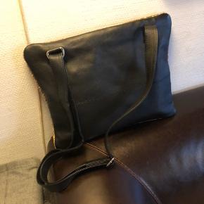 Den fedeste crossbody taske i kort pels og glat skind. Brugt få gange. Str. 27x33 cm.  Nypris 1500.-  Handles der mobilpay betaler jeg forsendelsen.  Ved t's handel forsendelse 40.-