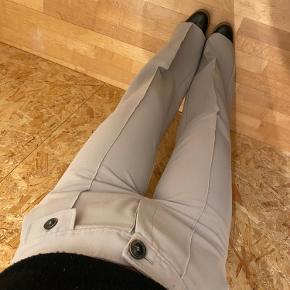 Super fede bukser fra Mango! I en rigtig flot mørk beige/grå farve😊  Passer en 36