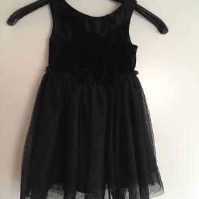 Fin tyl kjole med overstykke i velour. Str 98, brugt engang.