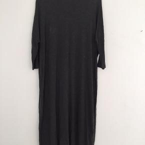 Mørkegrå maxi kjole fra Monki
