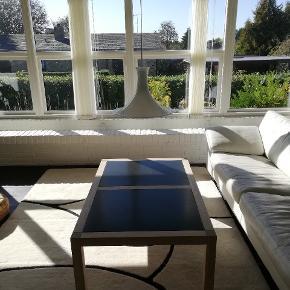 Sofabord i træ med sorte plader. Ingen synlige skræmmer eller skader. Lampen kn medfølge gratis.