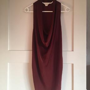 Smuk draperet top fra Helmut Lang med lille vægt i udskæringen der sørger for at den hænger pænt.  Shiny stof foran og Jersey stof bagpå.  Afhentes på Vesterbro  ☺️